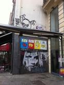 Face à l'esplanade du Musée beaubourg, cette femme au regard sombre, aux yeux cernés de noirs, mais très belle, se trouve rue saint martin, ce graffiti, ce tag...fait face au musée, y rentrera-t-il un jour?