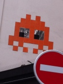Invader Orange et sens interdit Rouge