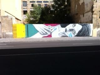 Femme allongée colorée à Salamanque