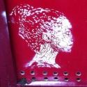 portrait blanc sur fond rouge