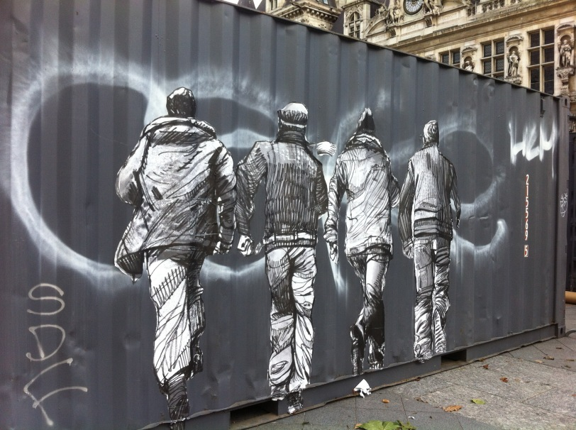 jeunes hommes collages street art place de l hotel de ville de paris